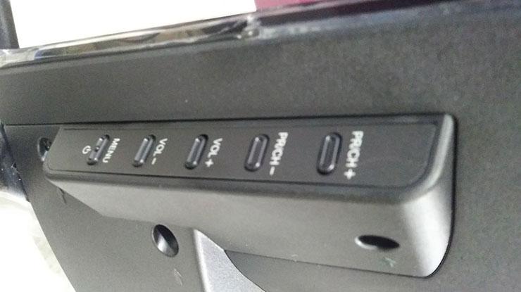 Selanjutnya flashdisk sudah terpasang dan kabel tv sudah dicopot berikutnya adalah tekan serta tahan tombol Power pada TV sambil mencolokan kabel tv ke sumber listrik.