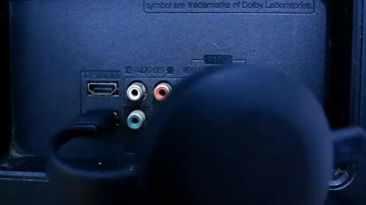 colokan perangkat Chromecast ke port HDMI pada TV