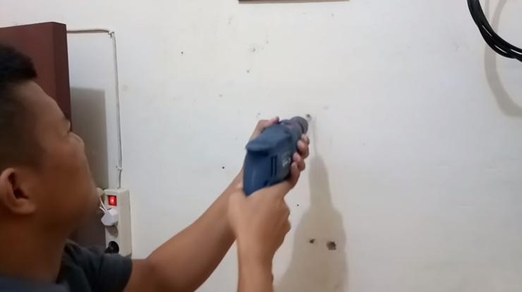lubangi dinding dengan menggunakan bor listrik