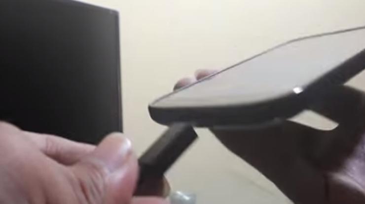 hubungkan kabel micro pada port yang ada di ponsel