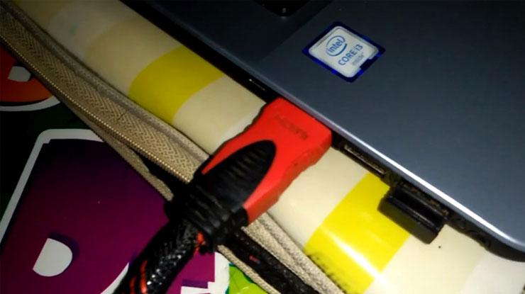 mencolokan kabel HDMI ke port HDMI pada laptop