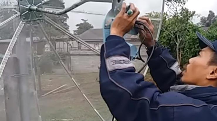 pasang LNB lalu pasang konektor penghubung dari antena ke receiver
