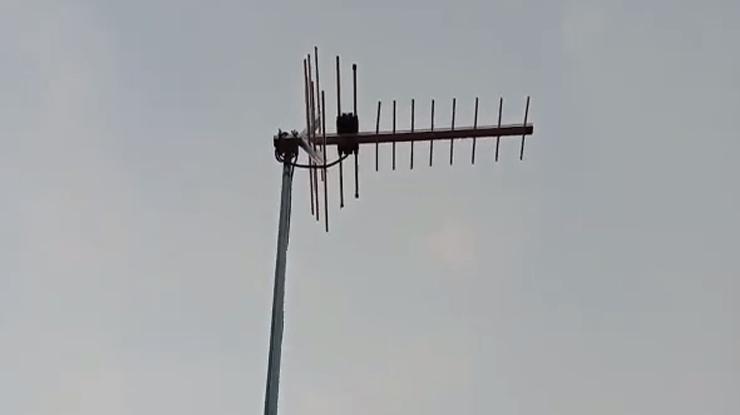 pasang antena diluar ruangan pasang memakai tiang yang tinggi