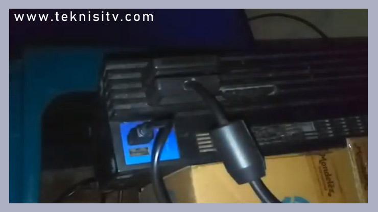 hubungkan kabel charger ke port USB PS2