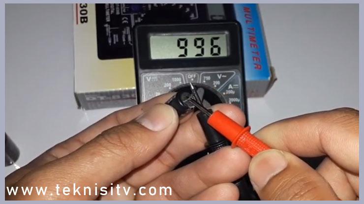 lihat pada layar display multimeter digital berapa nilai kapasitansi elco
